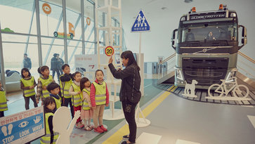 Volvo Trucks safety education - Stop, look, wave