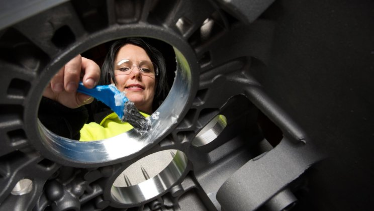 Erica Lundell won the 2015 award at Powertrain in Köping for her suggestion to replace oil with vaseline during the assembly of the bearing rings.