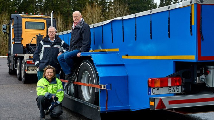 Per Larsson, Krister Fredriksson and Morgan Alexandersson test the rolling resistance of tyres using this trailer packed with sophisticated measuring equipment.