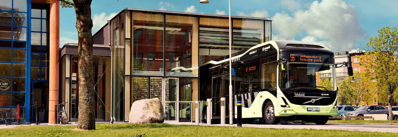Volvo Bus with Johanneberg Science Park as its destionation parked at a bus stop next to a café
