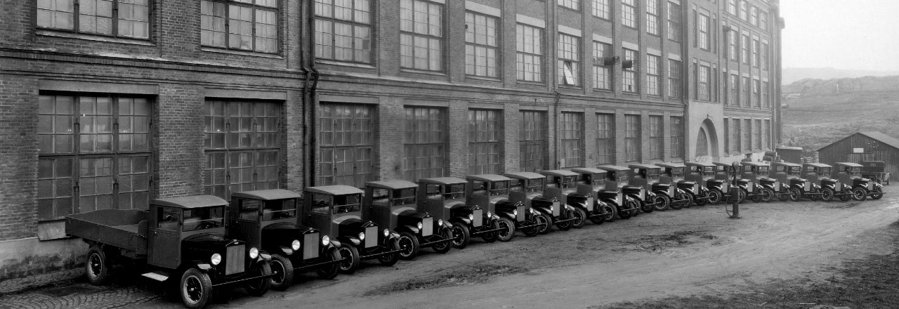 Den första serietillverkade Volvon uppställd längs fabriken i Lundby den 14 april 1927