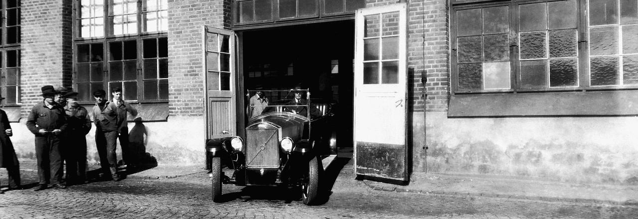 Uno de los primeros automóviles de Volvo Group saliendo de una fábrica en Hisingen