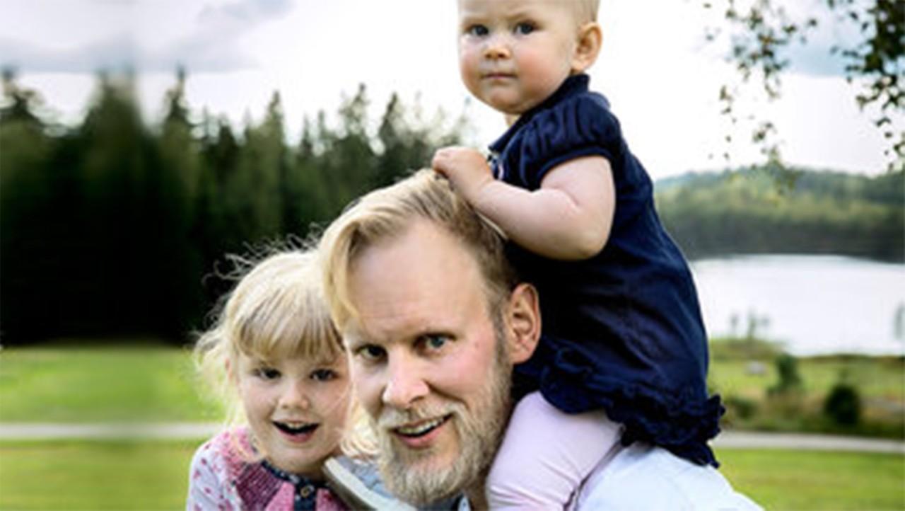 En anställd från Volvo Group bärandes på sina två barn